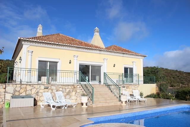 A well maintained 3-bedroom villa with pool. Ocean views. Halfway Sta Barbara de Nexe and Estoi, Central Algarve.